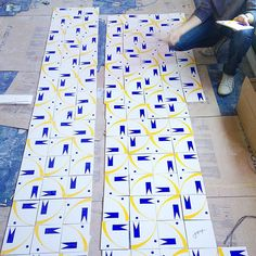 Painel Pipa sendo paginado | 💥  VIVA A SUA PAIXÃO!!! #art #arte #azulejo #azulejos #azulejaria #azulejosdecorados #arquitetura #jhenrique #jhenriqueazulejaria #homestyle #tile #tiles #revestimento #revestimentos #design #decoração #designbrasileiro #cerâmica #painel #paineldeazulejos #wall #Brasília #interior #instazulejo #nostalgia #memoriaafetiva #vivaasuapaixão