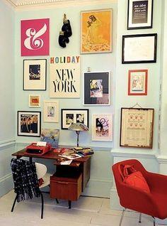 home office com gallery wall, muitos quadros, conjuntos de quadros na parede