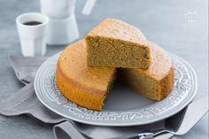 La torta al latte caldo al caffè è un'aromatica e profumata variante della hot milk sponge cake, un dolce dalla morbidezza unica e irresistibile!
