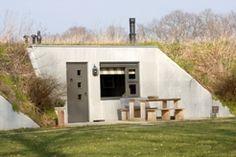 De Gelderse Vallei (tussen de Utrechtse Heuvelrug en de Veluwe) De Boerenstee Liniehutten-  Het echte kampeergevoel, maar slapen  in een bedstee met boxspringbedden en incl houtkachel. De 6 bunkers zijn ook samen te huur met een additionele groepsruimte.