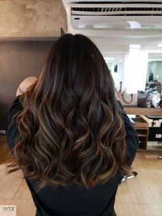 Morena Iluminada Sunset Brown By Brown Hair Balayage, Hair Color Balayage, Hair Color For Black Hair, Brown Hair Colors, Dark Hair With Highlights, Hair Shades, Aesthetic Hair, Brunette Hair, Gorgeous Hair