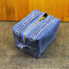 Tune-ups and deeds: Makeup bags Denim Purse, Tote Purse, Denim Jeans, Backpack Pattern, Jeans Fabric, Denim Crafts, Recycled Denim, Fabric Bags, Cosmetic Bag