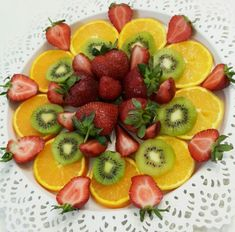 Deco Fruit, Veggie Platters, Fruit And Vegetable Carving, Food Carving, Good Food, Yummy Food, Fruit Kabobs, Food Garnishes, Fruit Dishes