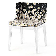 A Cadeira Mademoiselle Moschino promove a união entre a Kartell e a label italiana Moschino. O floral com o fundo preto é perfeito para um toque sofisticado no décor. Clique e saiba mais | Novo Ambiente