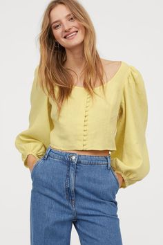 Short straight-cut blouse in woven linen fabric. Wide neckline covered buttons at front and long balloon sleeves. Crop Top Outfits, Casual Outfits, Fashion Outfits, Blouse Patterns, Saree Blouse Designs, Blouse En Lin, Bluse Outfit, Yellow Blouse, Ideias Fashion