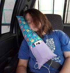 Chega de cabecinhas tortas e penduradas! Almofada para conforto na utilização do cinto de segurança. Para uso de crianças e adolescentes. Tem bolsinho para colocação de celular ou joguinho.  Tecido 100% algodão e recheio antialérgico de fibra siliconada.