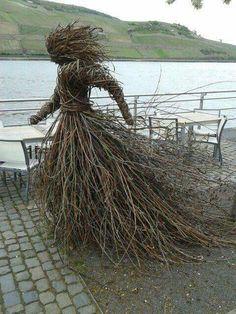 Kijk dit is nu een takkenwijf :) Sculpture Art, Garden Sculpture, Sculpture Ideas, Environmental Art, Outdoor Art, Land Art, Garden Projects, Garden Art, Amazing Art