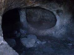 Gonnesa. Domus de Janas.  Struttura sepolcrale scavata nella roccia Sardegna Prenuragica