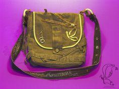 Auch Männer brauchen Taschen, darum gibt es so ein Modell jetzt auch von mir! Upcycelte Jeans in lässigem Military-Braun, kombiniert mit dunklem Gold ist ein absoluter Hingucker, auch für Frauen.  Die Umhängetasche wird mit einem stabilen Baumwollgürtel getragen und hat sowohl an der Rückseite, als auch Innen eine Tasche, die ehemaligen Hintertaschen der Jeans.   Nahezu alles was an einer Hose aufsehen erregen kann oder auch gern mal vernachlässigt wird, wurde hier verwendet....