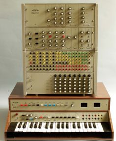 Modular synth from 1977 from czechoslovakia named Číslizvuk.