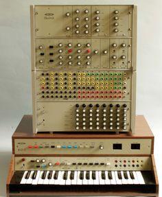 Modular synth from 1977 from czechoslovakia named Číslizvuk.