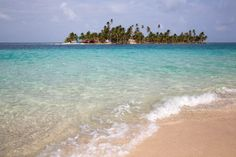 Sabe aquela ilha dos sonhos, com areia branca, sombra de coqueiros e rodeada por um mar azul e cristalino? Ela existe, na verdade são 365 ilhas iguaizinhas a essa e estão inseridas noArquipélago d...