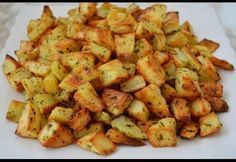 Pomme de terre cuite au four avec un assaisonnement savoureux, recette facile pour réussir des pomme de terre au four à découvrir ici. Potato Recipes, Veggie Recipes, Healthy Dinner Recipes, Vegetarian Recipes, Super Rapido, Health Dinner, Clean Eating, Parmesan, How To Cook Chicken