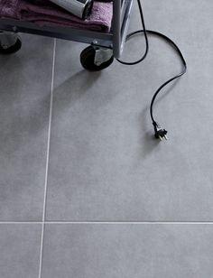 Große quadratische hellgraue Bodenfliesen Flur/Küche/Gästebad (Erdgeschoss)