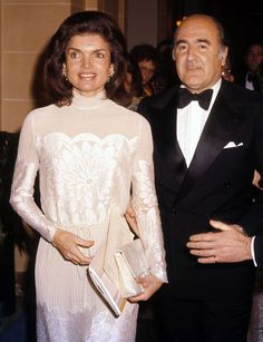 Former American first lady Jacqueline Kennedy Onassis and Argentinian diplomat Alejandro Orfila attend an event at The Kennedy Center, Washington, DC, United States, photographer unknown. Jacqueline Kennedy Onassis, Estilo Jackie Kennedy, Les Kennedy, Jaqueline Kennedy, Carolyn Bessette Kennedy, John Kennedy, Grace Kelly, Jackie Oh, Mini Vestidos