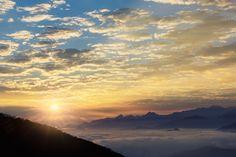 La Sierra Nevada de Santa Marta al amanecer con vista a los picos nevados ( Pico Colon y Pico Bolivar) desde el Cerro Kennedy, San Lorezno, Colombia