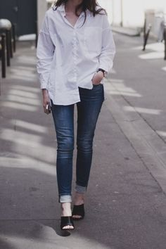 Mules look chic with skinny jeans and a button down shirt. Daily Fashion, Everyday Fashion, Trendy Fashion, Jeans With Heels, White Shirt And Jeans, White Denim, Classic White Shirt, Vogue, Look Chic