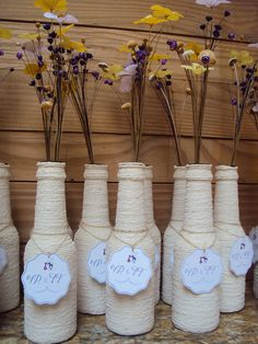 Anyone who is used to the world of crafts knows: some items that we usually discard after use can be great decorative pieces. Diy Bottle, Wine Bottle Crafts, Bottle Art, Diy Wedding, Rustic Wedding, Diy And Crafts, Arts And Crafts, Wedding Gift Wrapping, World Crafts