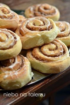Słodkie, mocno cynamonowe, zawijane bułeczki - ślimaki, znane na świecie jako cinnamon rolls. Najlepszy przepis, pod warunkiem, że nie przes...