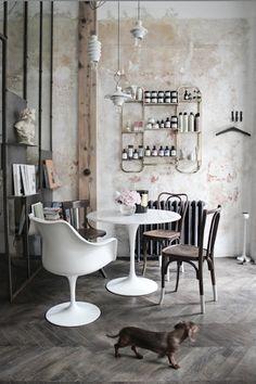 """Salon de coiffure """"Le discret"""" - verrière métallique - vitrine chinée - fauteuil knoll"""