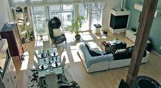 maison contemporaine a vendre, sol en parquet, canapé blanc, coussins