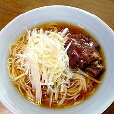 白髪葱に熱したごま油をかけると美味しいんだよねぇo(^▽^)o - 9件のもぐもぐ - 豚骨醤油ラーメン(袋生麺) by yuringo5693