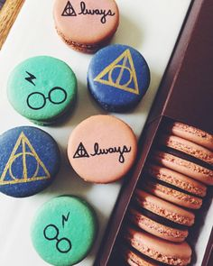 Harry Potter Macarons … Harry Potter Macarons … – Related posts: 18 Magical 'Harry Potter' Accessories for Your Kitchen Harry Potter, der Hut-Kuchen-Knalle sortiert Fan Art Harry Potter Harry Potter Butterbier Cupcakes Harry Potter Desserts, Bolo Harry Potter, Gateau Harry Potter, Harry Potter Food, Harry Potter Birthday, Harry Potter Cupcakes, Harry Potter Recipes, Harry Potter Cocktails, Macaron Cookies