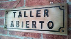 Letrero en madera estilo envejecido retro, letras en relieve y cadena para colgar. Realizado por Juan Antonio Vizcaíno de Decoración retro & Vintage. www.actiweb.es/tumuebleconsolajvg