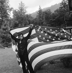 "Hugh Morton's famous image of Johnny Cash holding aloft the American flag. --NC, 1974 * Johnny Cash -- ""Ragged Old Flag"" The Johnny CashShow --""This Land is Your Land"", 1969 read more. Johnny Cash June Carter, Johnny And June, Country Singers, Country Music, Outlaw Country, Arkansas, Nashville, Tennessee, A Lovely Journey"