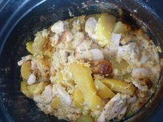 Protože mám hrnec s nádobou z kameniny osmažila jsem na sporáku v nádobě na 2 lžících cibulku a na kousky pokrájená kuřecí prsíčka, přidala jsem... Food And Drink, Meat, Chicken, Cubs