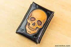 Punziertes Leder Zigarettenetui Totenschädel schwarz von ARCHERIA