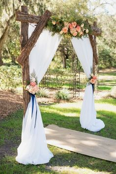 Wedding Outside: That's what you have to think about when you celebrate in the forest / park! – Decoration Solutions Wedding Outside: That's what you have to think about when you celebrate in the forest / park! Navy Rustic Wedding, Floral Wedding, Wedding Flowers, Trendy Wedding, Elegant Wedding, Wedding Summer, Wedding Greenery, Country Wedding Arches, Simple Wedding Arch