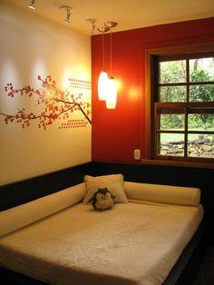 Achei interessante uma parede só vermelha. A composição fica legal, principalmente quando tem uma luz. Mas não curto a ideia de deixar o quarto muito escurão...