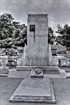 Hank Williams grave in Montgomery,AL Old Country Music, Country Music Stars, Country Singers, Cemetery Headstones, Old Cemeteries, Graveyards, American Folk Music, American Artists, Grave Monuments