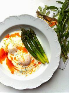 CHILI & VANILIA: Buggyantott tojás fokhagymás, tárkonyos joghurttal és paprikás vajjal