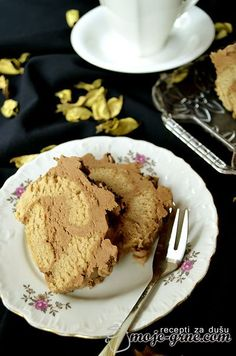 Potreban materijal: Testo 4 jaja 80g šećera 80g brašna 5g praška za pecivo 10g vanilin šećera 100g pirea od kestena Fil 150g maslaca 150g smeđeg šećera 40g čokolade za kuvanje 1 kašika ekstrata rum...