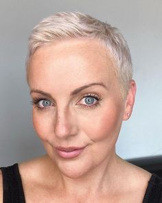 If you want to wear short hair, why not try the short pixie hairstyle?The pixie short hairstyle are one of the favorite hairstyles among older women. Short Choppy Hair, Short Hair Model, Long Curly Hair, Short Pixie, Short Hair Cuts, Pixie Cuts, Short Shaved Hairstyles, Pixie Hairstyles, Cool Hairstyles