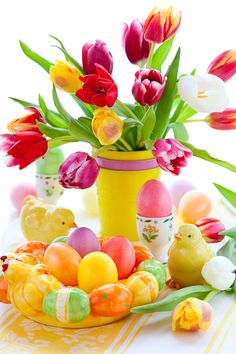 Easter table decorations with tulips and easter eggs Stock Photo Thanksgiving Table Settings, Christmas Table Settings, Christmas Table Decorations, Holiday Decor, Ostern Wallpaper, Share Pictures, Yellow Vase, Bird Ornaments, Easter Parade