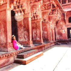 Morning wish: to sit down and just absorb the world around me... Had to come to the office instead. #india #agra #incredibleindia #demalaemochila by alessamusso