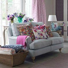 sofá cinza com almofadas florais