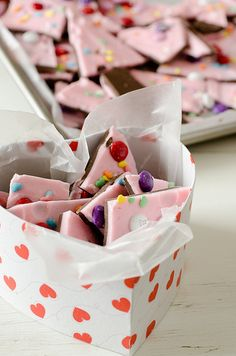 This homemade candy recipe for Valentine& Day Bark from Pennies on a Platter is the perfect chocolate-y gift to give to your sweetie. If you& planning on giving each other homemade gifts this year, then you won& go wrong with this chocolate candy! Valentines Day Food, Valentine Love, Valentine Treats, Valentine Day Crafts, Holiday Treats, Holiday Fun, Funny Valentine, Valentines Recipes, Party Treats