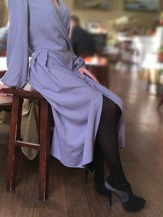 Платье с запахом красивого серо-голубого цвета из струящейся вискозы