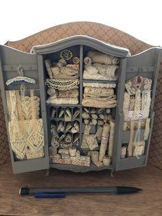 Lace kast, vol antieke en vintage lace.spoons,trims,and accessoires. 1:12 schalen poppenhuis 7 inch x 7 duim