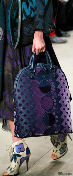 Fashion Trends Accesories - Burberry Prorsum, Automme-Hiver details The signing of jewelry and jewelry Uno de 50 presents its new fashion and accessories trend for autumn/winter Burberry Prorsum, Burberry Tote, Burberry 2014, Burberry Shoes, Fashion Bags, Fashion Backpack, Fashion Trends, Trendy Fashion, Runway Fashion