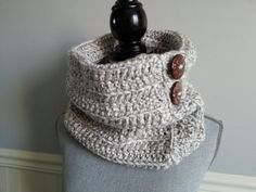This unique handmade snood is made with acrylic yarn and big wooden buttons. It will keep you warm during the cold temperature. It's unisex and very fashion !