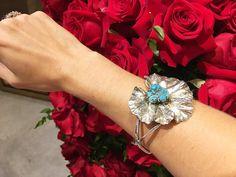 Coisa mais linda! Pulseira @isabellablancojoias  Era um broche de prata dos anos 40 que a Isabella combinou com uma turquesa bruta para combinar com a textura da flor! Cada jóia uma história!!!! #isabellablanco #joiascomhistorias