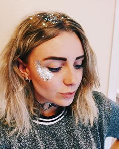 Glitter highlight with matching glitter roots glitter style макияж глаз, ма Boho Makeup, Rave Makeup, Beauty Makeup, Hair Beauty, Makeup Tips, Makeup Products, Festival Looks, Festival Make Up, Festival Makeup Glitter