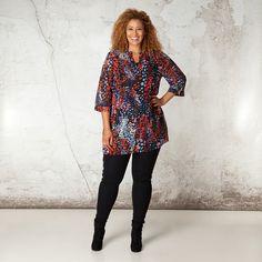 Deze licht doorschijnende blouse heeft een mooie V-hals met een brede halslijn. De blouse is fraai afgewerkt met brede manchetten aan de driekwart mou...