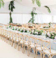 La delicadeza de la madera de roble natural decapada enamora. Nos encanta esta imagen de @victoralaez de la boda de L&J . . . . . . . . . . @loretrujillo86 @karmonafatima #wedding2017 #table #collections #design #pedronavarroweddings #decor #weddindday #weddingdecor #destinationwedding #weddings