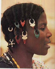 Wealthy women from Mali who wears glass and carnelian tanfouk (Talhakimt) pendants in her hair, smaller versions of the Agadez cross and silver sings set with carnelians (traditionally men's finger rings), all of which are Tuareg in design. African Beads, African Jewelry, Tribal Jewelry, Jewelry Show, Hair Jewelry, Afro Hair Jewellery, Jewelry Tools, Etsy Jewelry, Jewelry Ideas